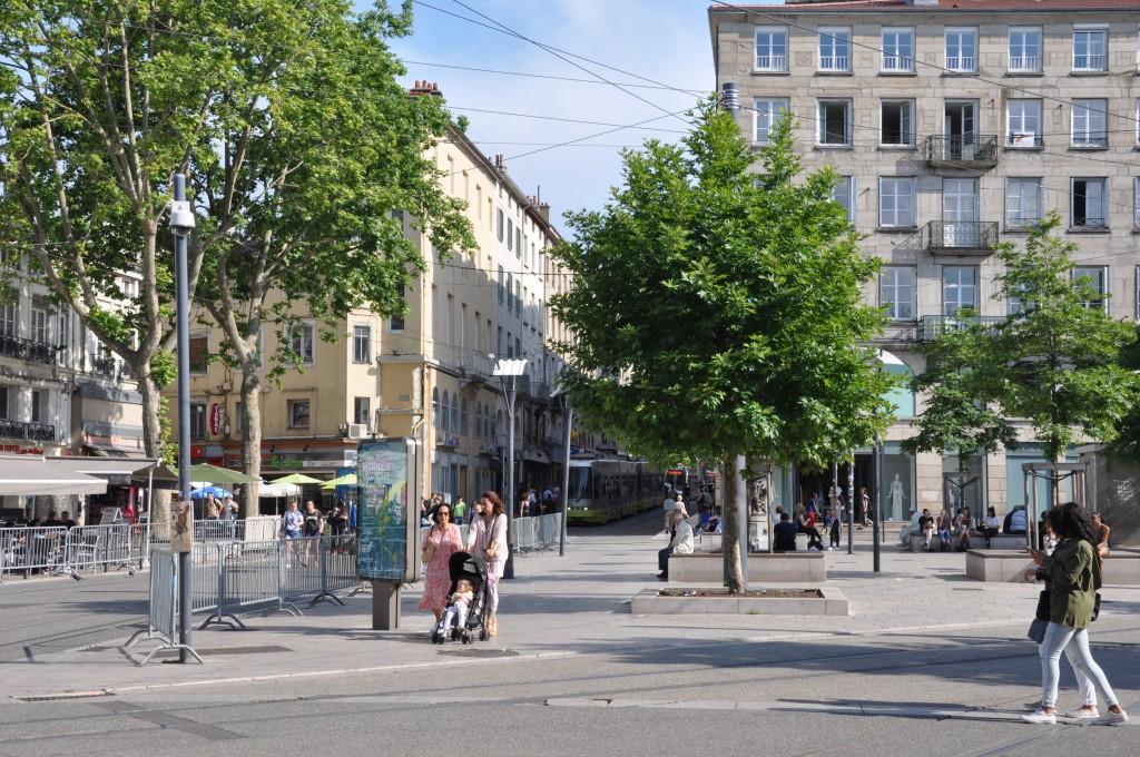 St-Etienne, centrum miasta, środkiem jedzie tramwaj